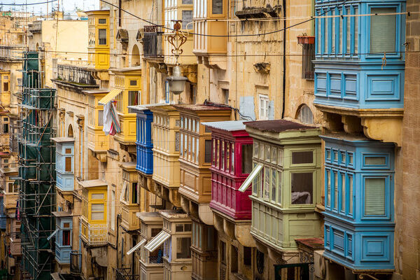 Colorful balconies en traditional windows decorating beautiful architecture of Valletta,capital of Malta