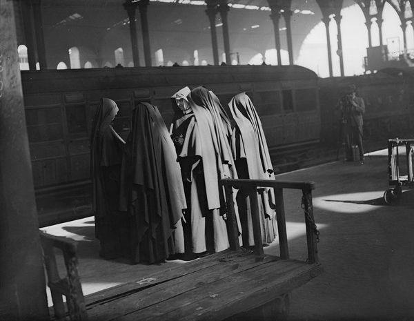 19th May 1932: A huddle of nuns waiting at Liverpool Street station, London to board a special train taking about 400 of them to a Roman Catholic schools conference. (Photo by Fox Photos/Getty Images)