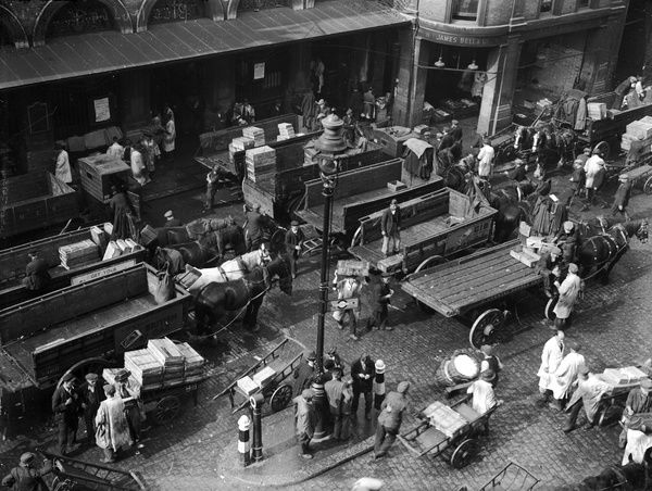 Billingsgate Market. circa 1930: Horse-drawn carts at Billingsgate Fish Market in London