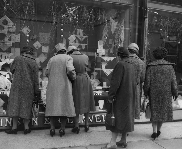 A group of women window shopping in Regent Street, London. (Photo by Fox Photos/Getty Images)