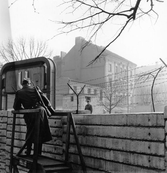 Border guards on opposite sides of the Berlin Wall, viewed from western side. (Photo by Cleland Rimmer/Getty Images)