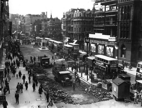 circa 1920: Roadworks reduce High Holborn to two lanes, causing traffic congestion. (Photo by Fox Photos/Getty Images)