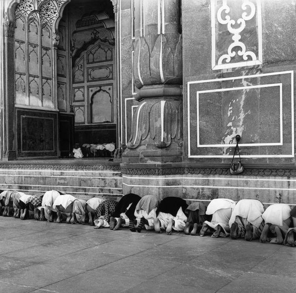 circa 1955: People praying outside a crowded mosque in Lahore, Pakistan. (Photo by Three Lions/Getty Images)