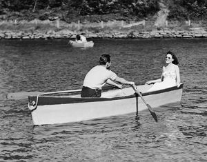 hulton archive/couple rowboat