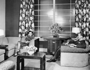hulton archive/couple sitting living room reading