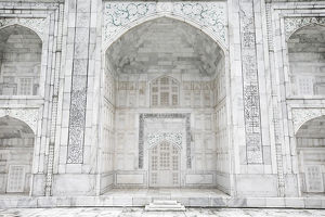 Front Door of White Taj Mahal in a Sunny Day, India, Uttar Pradesh, Agra, Taj Mahal, dawn