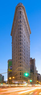 architecture/art deco/dramatic flatiron building traffic new york city