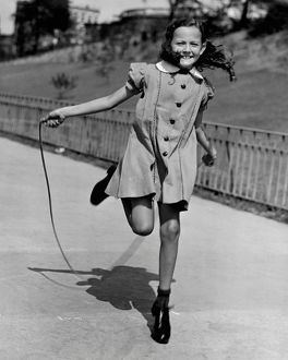 hulton archive/girl jumping rope
