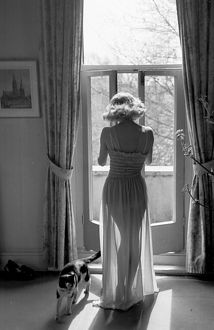 picture post collection/kurt hutton picture post prints/shapely nightie